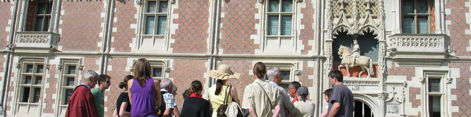 Tourist group with a guide on the square of the castle of Blois. © OTBC