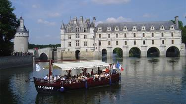 The Gabare on the Cher in front of the castle of Chenonceau. © OTBC