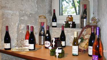 Wines and regional products at the Biscuiterie de Chambord. © OTBC