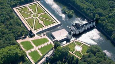 The castle of Chenonceau, its gardens and the Cher seen from the sky. © OTBC