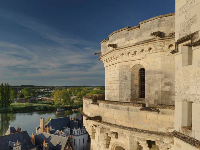 The Château d'Amboise overlooking the Loire. © Blois-Chambord Tourist Office