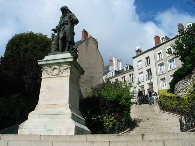 Statue of Denis Papin, one of the famous sons of blois. © Blois Chambord Tourist Office