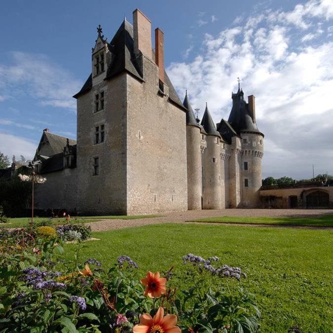 The Château de Fougères-sur-Bièvre and its surroundings